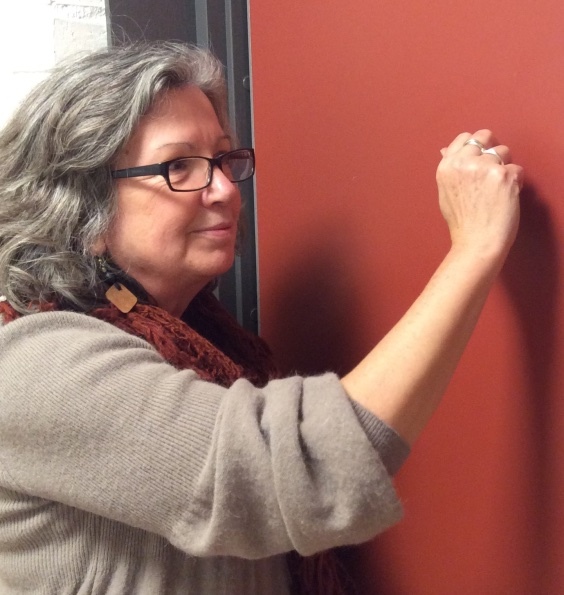 Kristina knackar på en dörr